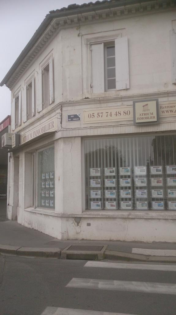 Façade de l'agence Atrium à Libourne avant ravalement.