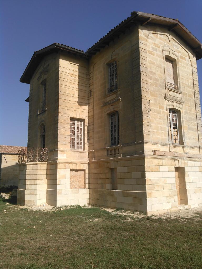 Belle façade, reprise des pierres altérées du RDC à Sainte Terre