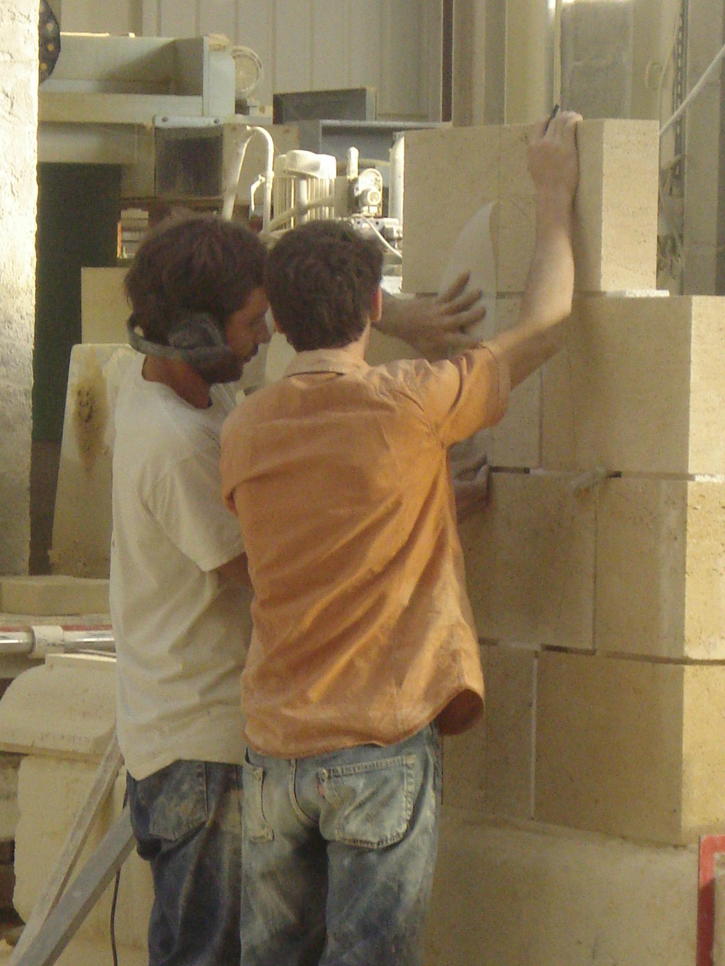 Réalisation d'une hotte de cheminée en pierre.