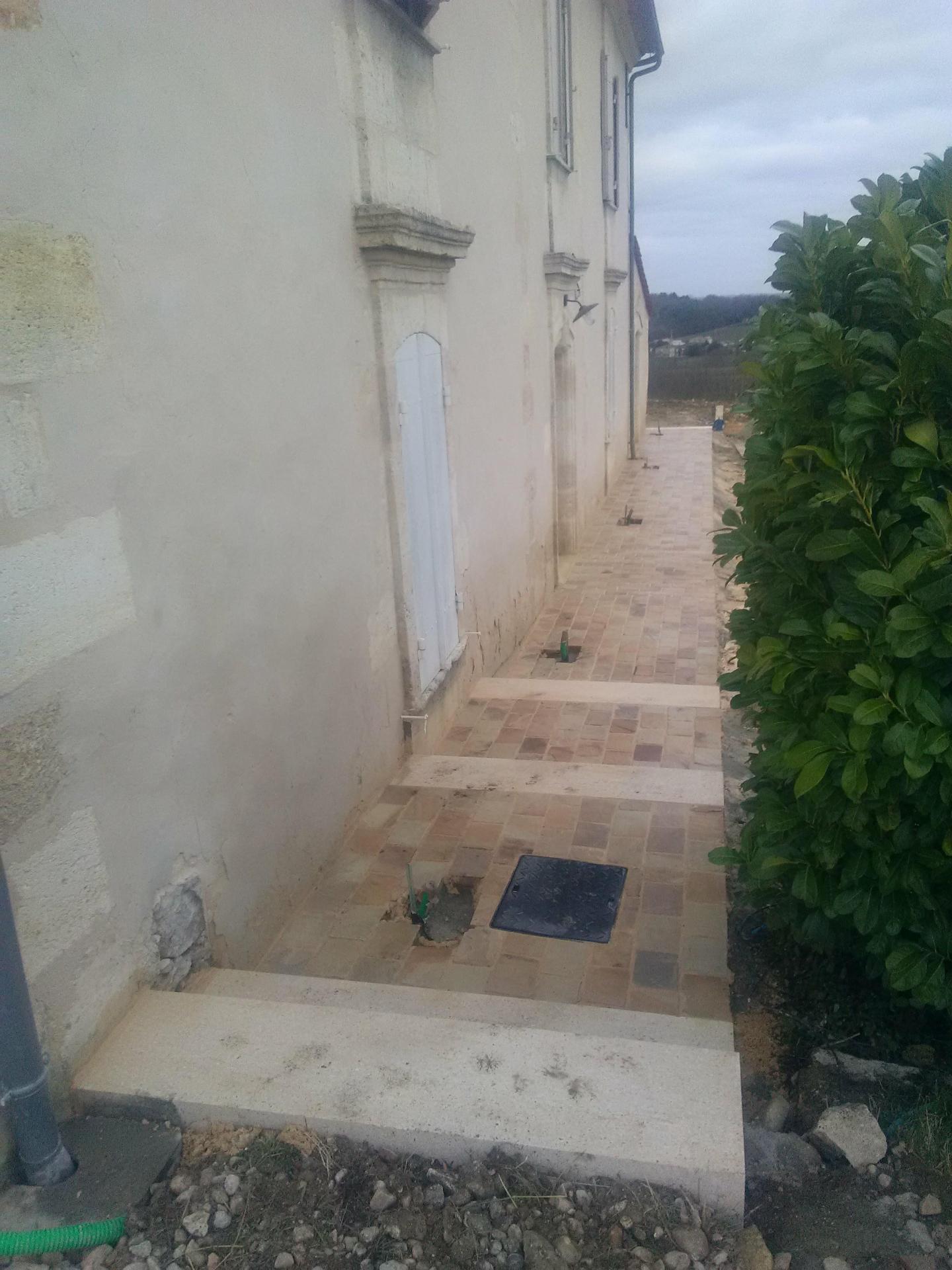 Trottoir Pavés en grès et pierres massives