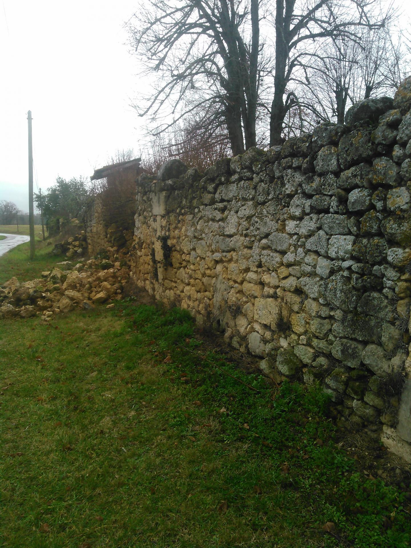 Ancien mur en moellon vu de la route