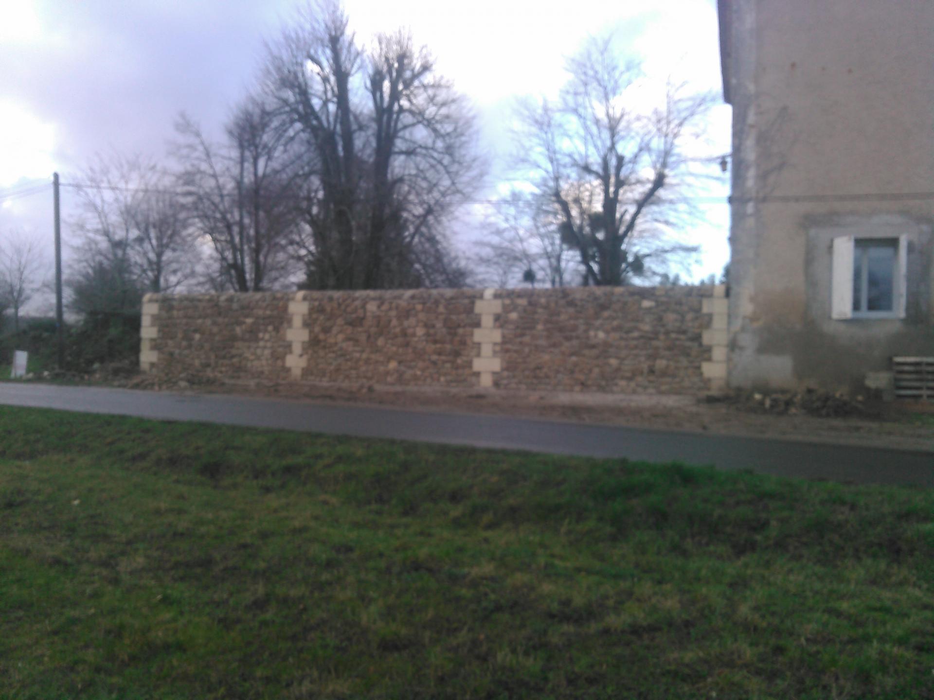 Mur en moellons avec drain et chaînettes en pierre de taille