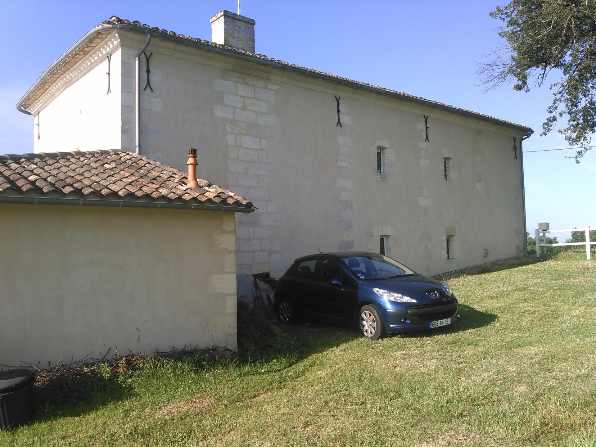 Façade arrière de la maison côté garage et extension